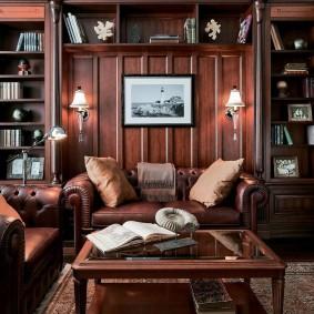 Кожаный диван в комнате с книжными шкафами