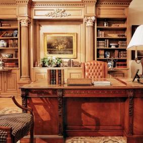 Классический стол из натурального дерева