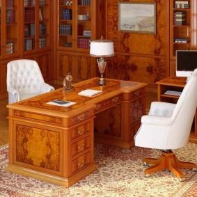 Белые кресло около коричневого стола