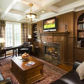 Просторный кабинет с камином и диваном