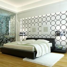 Широкая кровать в спальной комнате супругов
