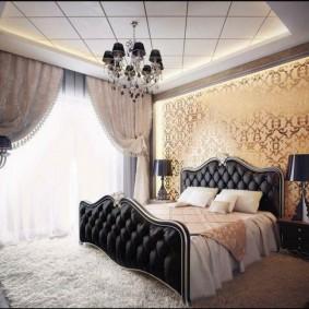 Черная люстра на потолке спальни