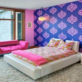 Яркая отделка стен в спальной комнате