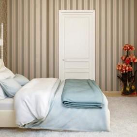 Вертикальные полоски на обоях в спальне