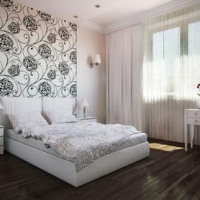 Дизайн небольшой спальни с обоями разного тона