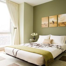 Светлая штора на окне спальни
