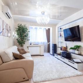 интерьер гостиной комнаты с утепленном балконом