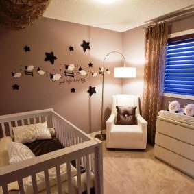 Небольшая комната с кроваткой для младенца