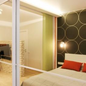 Небольшая спальня с зеркальным шкафом