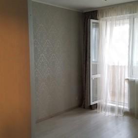 Открытая дверь на балкон в гостиной