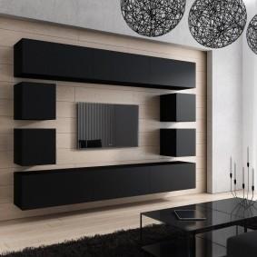 Черные подвесные модули на стене гостиной