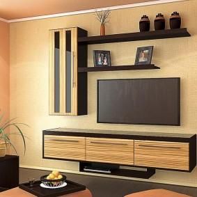 Светлая отделка стен в зале квартиры