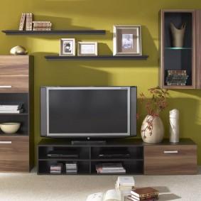 Открытые полки над телевизором в гостиной