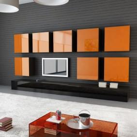 Яркие шкафы на стене в гостиной комнате