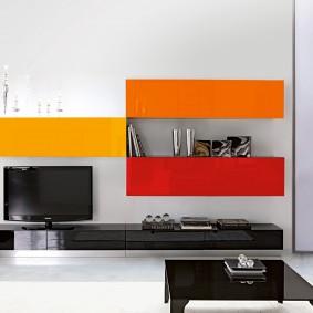 Интерьер гостиной с яркой мебелью