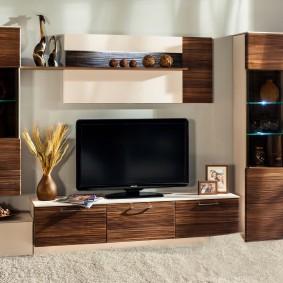 Линейное размещение мебели в гостиной комнате