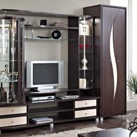 Узкий шкаф для одежды в гостиной