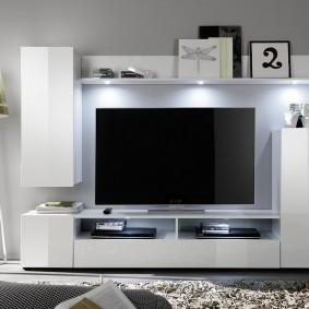 Широкоформатный телевизор на стене в гостиной