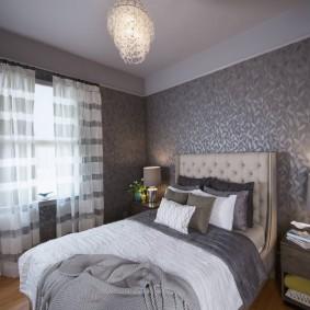 Полосатые шторы в маленькой спальне