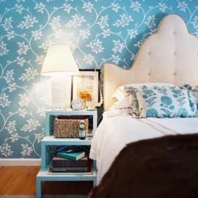 Белый орнамент на голубых обоях