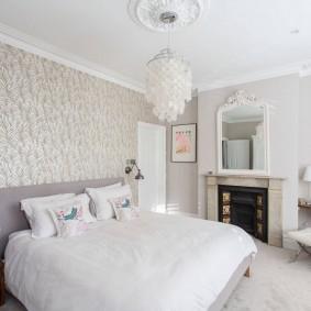 Уютная спальня с камином в интерьере