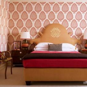 Просторная спальня с красивыми обоями