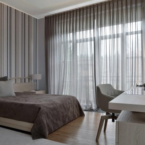Серые шторы на панорамном окне спальной комнаты
