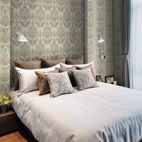 Небольшая спальня с неброскими обоями