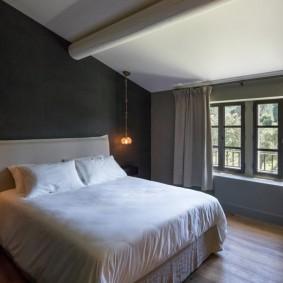 Интерьер спальни в мансарде частного дома