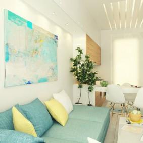 Цветные подушки на диване в квартире студийного типа