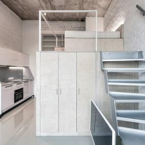 Лестница на второй ярус квартиры студии