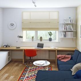 Рабочее место перед окном в однокомнатной квартире