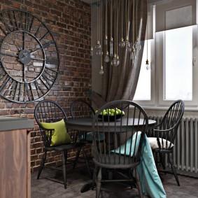 Огромные часы на стене кухни в стиле лофт
