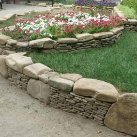 Ограждение клумбы из камней разных размеров