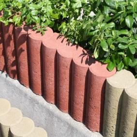 Цветной бордюр из бетонных столбиков