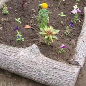 Садовая клумба из толстых бревен