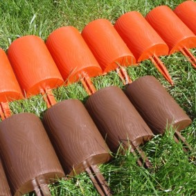 Пластиковые бордюры для цветника в саду