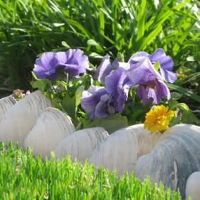 Крупные валуны на цветочной клумбе
