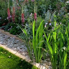 Бордюр из мелкого щебня вдоль цветочной клумбы