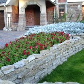 Каменная клумба во дворе частного дома