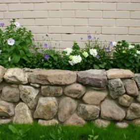 Подпорная стенка из камня средней фракции