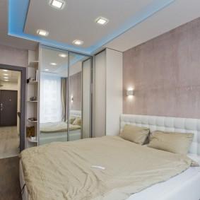 Встроенные светильники над кроватью в спальне