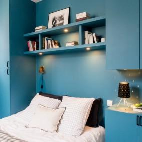 Полка над кроватью со встроенными светильниками