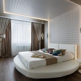 Круглая кровать в спальне супругов