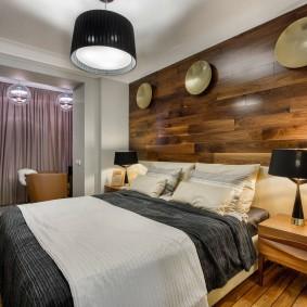 Большой светильник над широкой кроватью