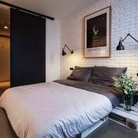 Сдвижная дверь в спальной комнате