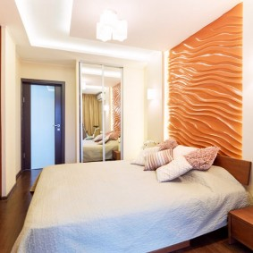 Яркая стена в небольшой спальне