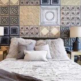 Керамическая плитка на стене над изголовьем кровати