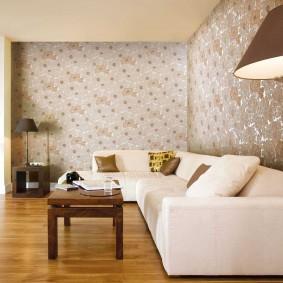 Обои пастельного цвета за угловым диваном