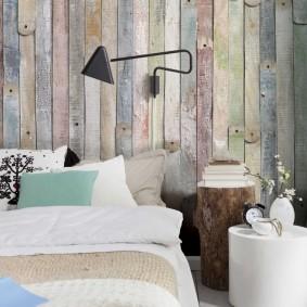 Старые доски на стене за кроватью